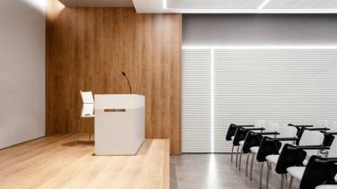 04-mas-millet-arquitectura-interior-reforma-sala-conferencias-colegio-medicos-valencia-mobiliario-minimalista-flexibilidad-luz-arquitecto-1230x772